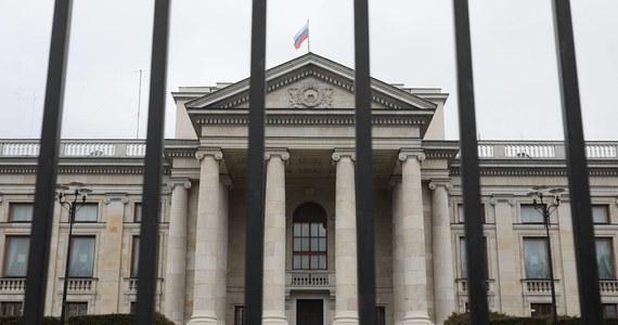 36-letnia kobieta została zatrzymana przez warszawskich policjantów po tym, jak we wtorek wieczorem rozlała nieznaną, prawdopodobnie łatwopalną, substancję przed ambasadą Rosji w Warszawie.