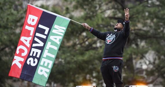"""""""Dzisiaj znowu możemy oddychać"""" - powiedział we wtorek Philonise Floyd. Ława przysięgłych w Minneapolis uznała byłego policjanta Dereka Chauvina za winnego w procesie o zabójstwo jego brata - George'a Floyda. Komentując werdykt, Philonise nawiązał do ostatnich słów przed śmiercią, jakie powiedział Afroamerykanin, a które stały się sloganem wielu protestów przeciw brutalności policji: """"Nie mogę oddychać""""."""