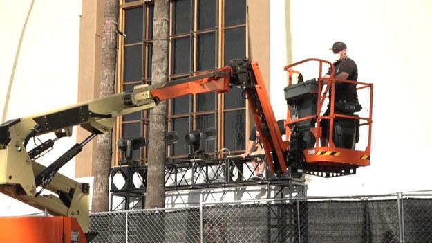 Żadnych gigantycznych posągów, żadnych logo. Tak wyglądają przygotowania do tegorocznej ceremonii wręczenia Oscarów, które właśnie trwają na Union Station w centrum Los Angeles, z dala od wścibskich oczu i pod ścisłymi środkami bezpieczeństwa z powodu pandemii Covid-19. 93. ceremonia wręczenia nagród odbędzie się bez osobistego wręczania statuetek. Odbędzie się ona 25 kwietnia.