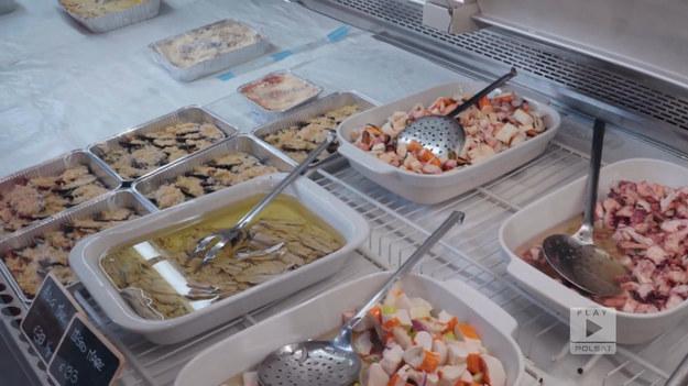 """Sardynia to włoska wyspa, na której możemy skosztować naprawdę ciekawych, lokalnych smaków. Stanowi ona mieszankę włoskich potraw z kuchnią typowo pasterską.Fragment programu """"Polacy za granicą"""", emitowanego na antenie Polsat Play."""