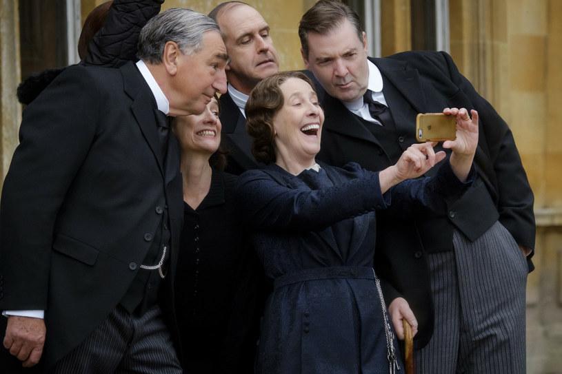 """Przez sześć sezonów w latach 2010-2015 widzowie śledzili losy bohaterów popularnego serialu kostiumowego """"Downton Abbey"""". Cztery lata później rodzina Crawleyów powróciła w filmie fabularnym pod tym samym tytułem, który był kontynuacją serialu. A to nie wszystko. Na Boże Narodzenie tego roku planowana jest premiera filmu """"Downton Abbey 2""""."""