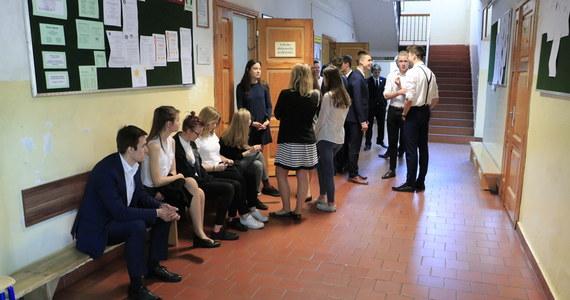Egzaminy: maturalny i ósmoklasisty odbędą się zgodnie z zaplanowanymi terminami. Od 4 do 20 maja będzie miał miejsce egzamin maturalny, a od 25 do 27 maja - egzamin ósmoklasisty. Takie informacje na konferencji prasowej przekazał minister edukacji i nauki Przemysław Czarnek. Szef resort podkreślił także, że nie będą przeprowadzane testy na koronawirusa przed egzaminami.