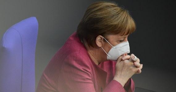 Mimo ostrej krytyki ze strony opozycji Bundestag przyjął w środę większością głosów poprawki do ustawy o ochronie przed zakażeniami, tworząc tym samym podstawę prawną do wprowadzenia mechanizmu jednolitych ograniczeń epidemicznych, w tym godziny policyjnej, dla całego kraju.