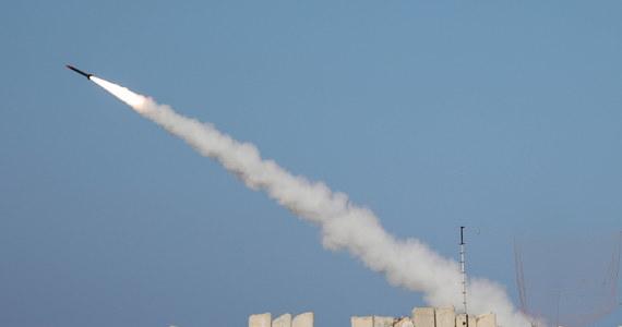 Armia izraelska poinformowała, że w czwartek nad ranem pocisk rakietowy wystrzelony z Syrii spadł w rejonie pustyni Negev. W odpowiedzi zaatakowane zostały cele w Syrii. Według syryjskiej agencji prasowej SANA atak został odparty.