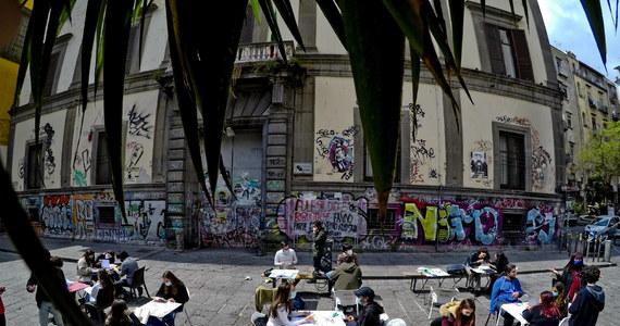 Częściowe złagodzenie zakazu podróży po Włoszech i wzrost z 2 do 4 liczby osób, które mogą złożyć wizytę w prywatnym domu - to niektóre przepisy z nowego dekretu pandemicznego. Koalicję rządu jedności narodowej podzieliło utrzymanie godziny policyjnej od 22:00.