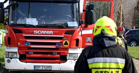 W nocy doszło do próby podpalania w Komendzie Powiatowej Policji w Inowrocławiu - policja potwierdziła nieoficjalnie informacje RMF FM. Młody mężczyzna rozlał łatwopalną ciecz i podpalił. Sprawca został obezwładniony i zatrzymany. Był znany funkcjonariuszom już wcześniej z różnych spraw kryminalnych.