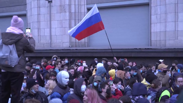Tysiące zwolenników Aleksieja Nawalnego wychodzi na ulice Moskwy, aby zaprotestować przeciwko jego zatrzymaniu i wzywa aby krytyk Kremla otrzymał odpowiednią opiekę medyczną.