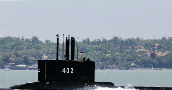 """Od wczoraj marynarka wojenna Indonezji poszukuje zaginionego okrętu podwodnego. Jednostka najprawdopodobniej zatonęła. Wsparcie w akcji poszukiwawczej zaoferowało wiele państw. """"Singapur wysłał podwodny okręt ratowniczy, aby pomóc w operacji"""" – poinformował minister obrony miasta państwa Ng Eng Hen."""