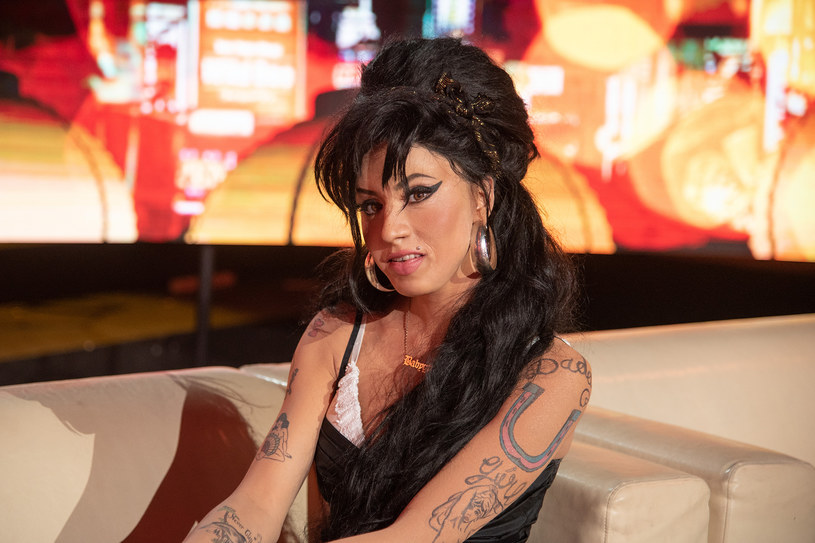 """Zobaczcie przedpremierowo fragment występu Mai Hyży jako Amy Winehouse. Jurorzy programu Polsatu """"Twoja twarz brzmi znajomo"""" nagrodzili wokalistkę owacjami na stojąco."""