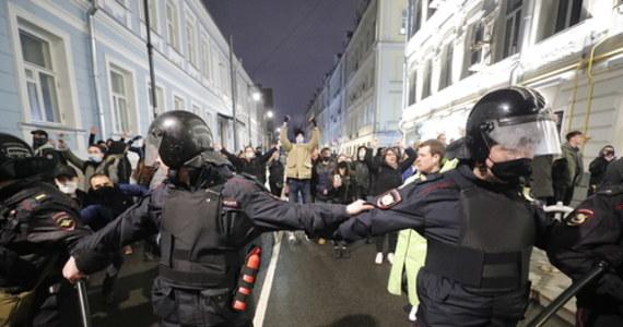 Kilkaset osób spędziło noc w policyjnych izbach zatrzymań po wczorajszych demonstracja w prawie 100 rosyjskich miastach. Protesty miały na celu wyrażenie wsparcia dla przebywającego w kolonii karnej opozycjonisty Aleksieja Nawalnego. W sumie policjanci zatrzymali blisko 1800 osób.