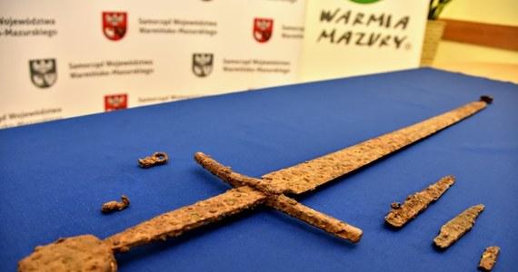 """Pod Olsztynem wydobyto doskonale zachowany średniowieczny miecz """"grunwaldzki"""" z pełnym osprzętem. Cenne artefakty trafią do zbiorów Muzeum Bitwy pod Grunwaldem."""