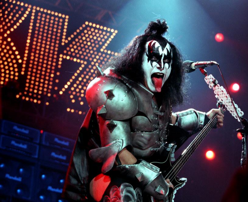 """Platforma streamingowa Netflix jest o krok od nabycia praw do dystrybucji filmu zatytułowanego """"Shout It Out Loud"""". Opowie on historię rockowej grupy Kiss. Informację o bliskim końcu negocjacji w tej sprawie podał powołujący się na swoje źródła portal """"Deadline"""". Według zapowiedzi, film ma szansę odnieść taki sam sukces jak """"Bohemian Rhapsody"""" o grupie Queen."""