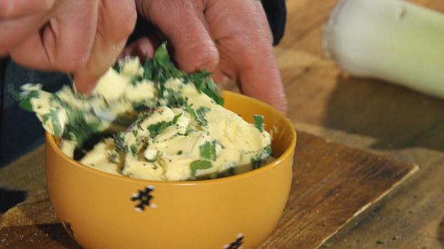 W dzisiejszym odcinku, zapalony wędkarz i miłośnik kuchni, Olin Gutowski, przygotuje okonia w ziołach.