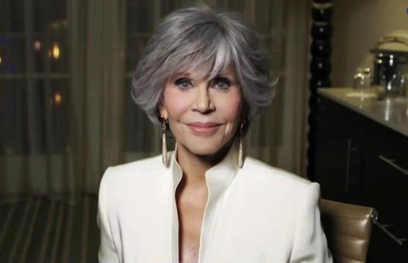 """Dwukrotna laureatka Oscara Jane Fonda w najnowszym wywiadzie wróciła wspomnieniami do wyjątkowej chwili w jej życiu, jaką był najbardziej ekscytujący pocałunek. Co ciekawe, tytuł najlepiej całującego mężczyzny nie przypadł w udziale żadnemu z trzech mężów, ani licznych partnerów Fondy. Mężczyzną, którego gwiazda najczulej wspomina, był chłopak, z którym spotykała się jako nastolatka. """"Od tamtej pory nigdy nie miałam tak niesamowitego pocałunku"""" - zdradziła aktorka."""