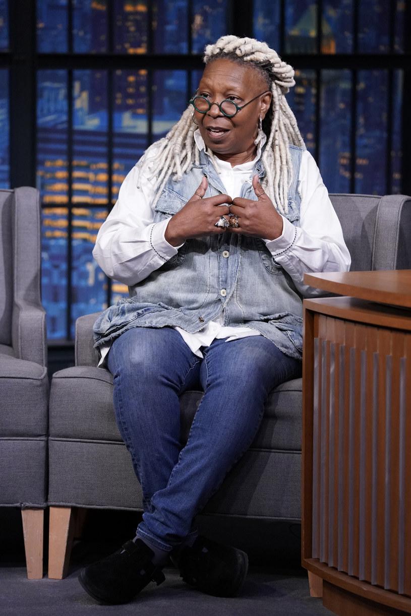 """Po tygodniowej nieobecności Whoopi Goldberg wróciła do współprowadzenia programu """"The View"""". Powodem jej absencji były problemy zdrowotne – aktorka cierpi na rwę kulszową. Po krótkim pobycie w szpitalu stan jej zdrowia poprawił się na tyle, że mogła wrócić do pracy. """"Muszę używać chodzika, co trochę mnie przeraziło, bo nie przypuszczałam, że będę go potrzebować. Ale po zrobieniu pierwszego kroku zrozumiałam, że teraz to mój najlepszy przyjaciel"""" – wyznała Goldberg."""