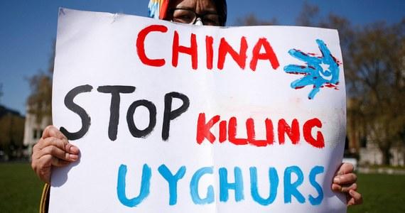 """Brytyjscy parlamentarzyści uznali, że Chiny popełniają ludobójstwo wobec Ujgurów. Rezolucja nie zobowiązuje rządu do podjęcia szczególnych kroków, ale jeszcze bardziej komplikuje relacje z Pekinem - pisze w czwartek dziennik """"Guardian""""."""