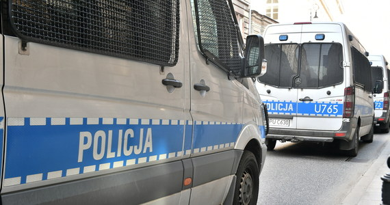 Napad na placówkę bankowa w podwarszawskim Błoniu. Jak dowiedział się reporter RMF FM Krzysztof Zasada, jeden z napastników oddał strzał wewnątrz budynku w sufit. Nikomu nic się nie stało.