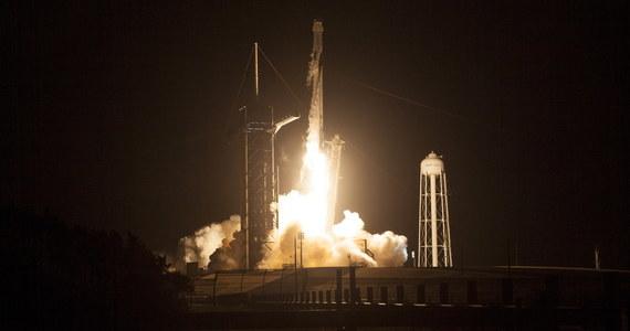 NASA wysyła na orbitę kolejną załogę Międzynarodowej Stacji Kosmicznej (ISS). Czworo astronautów - dwoje Amerykanów, Japończyk i Francuz - leci w zbudowanej przez prywatną firmę Space X kapsule Crew Dragon, która o 11:49 polskiego czasu wystrzelona została na pokładzie rakiety Falcon 9 z Centrum Kennedy'ego na przylądku Canaveral na Florydzie. Jutro pasażerowie Falcona połączą się ze stacją ISS, gdzie powita ich pracująca tam obecnie siódemka astronautów i kosmonautów.