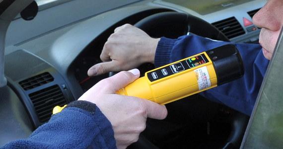 Pijany kierowca spowodował wypadek w podkieleckich Domaszowicach. 40-latek prowadził samochód po alkoholu. Miał prawie 3 promile. W aucie przewoził 8-letnie dziecko.