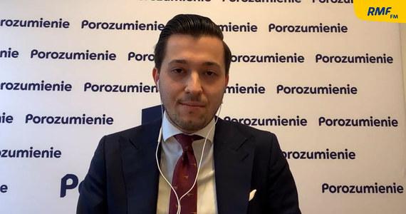 """""""Od 7 lat tworzymy Zjednoczoną Prawicę, wspólnie wygrywamy wybory, jesteśmy najskuteczniejszym projektem politycznym po 89' roku"""" - Jan Strzeżek, gość Popołudniowej rozmowy w RMF FM zapewnia, że wciąż ma zaufanie do prezesa PiS Jarosława Kaczyńskiego, mimo że jak sam przyznaje umowa koalicyjna nie została dotrzymana. """"Rzeczywiście, jest w kilku punktach umowa koalicyjna niedotrzymywana"""" – stwierdził wicerzecznik Porozumienia."""