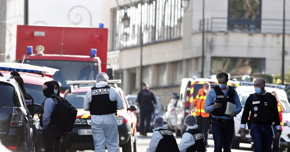 Pracownica policji w mieście Rambouillet została zabita nożem przez napastnika z tunezyjskim obywatelstwem. Do dramatycznego zdarzenia doszło przed wejściem na posterunek.