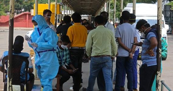 Ekspert ds. sytuacji nadzwyczajnych Światowej Organizacji Zdrowia Mike Ryan powiedział w piątek, że Indie muszą na wszelkie możliwe sposoby ograniczyć kontakty społeczne oraz podróże swych obywateli, by opanować gwałtowny wzrost zakażeń koronawirusem.