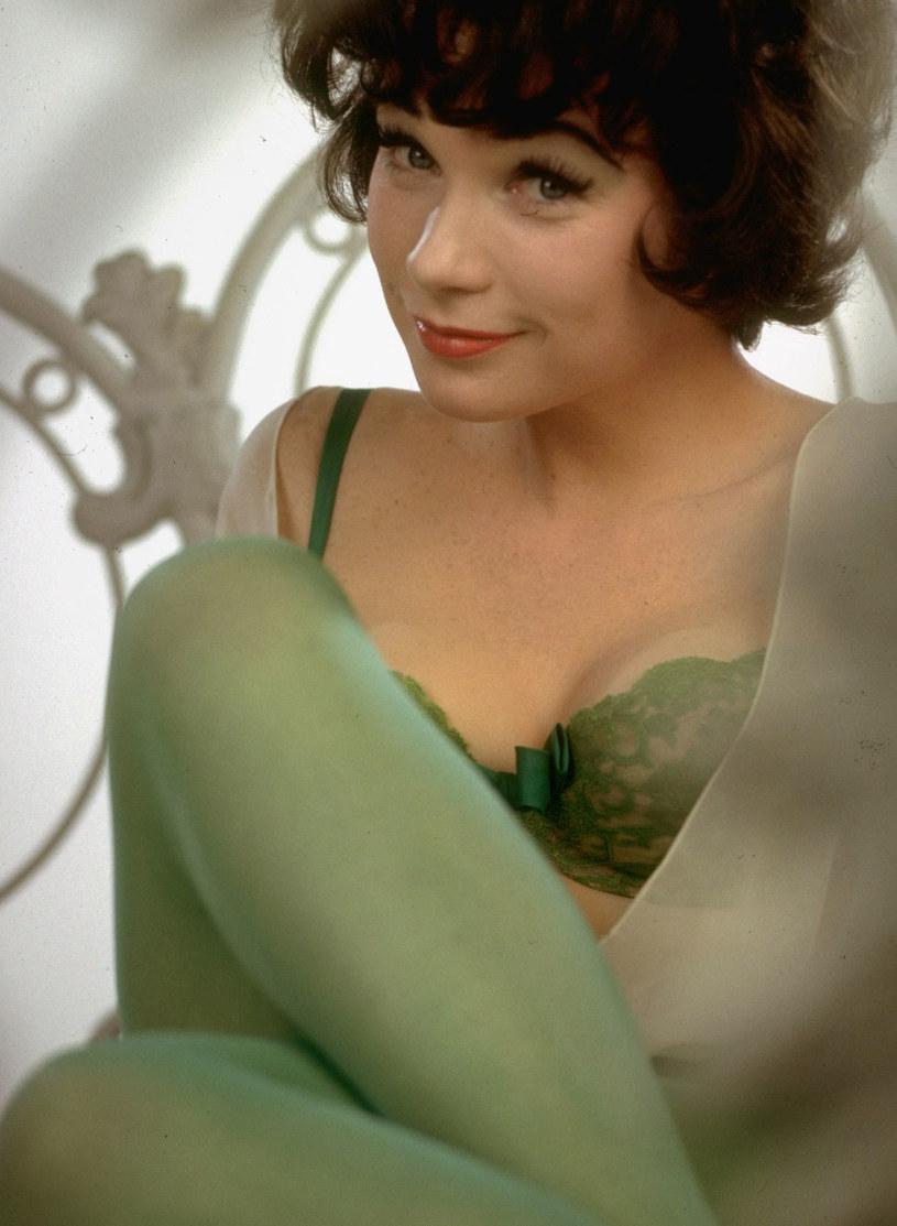 """Była aż 5-krotnie nominowana do Oscara, zanim w 1983 roku otrzymała jedyną statuetkę Akademii w karierze - za rolę w """"Czułych słówkach"""". Jej najsłynniejszą ekranową kreacją pozostaje jednak rola Fran Kubelik w """"Garsonierze"""" (1960) Billy'ego Wildera. Do historii kina przeszedł również jej orgazm w filmie """"Wystarczy być"""" Hala Ashby'ego."""