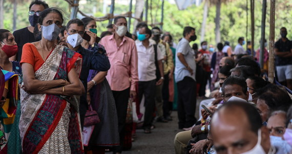 W ciągu ostatniej doby w Indiach liczba zakażonych koronawirusem wzrosła o 346 786 przypadków. To kolejny rekord pod względem liczby infekcji na świecie i to już trzeci dzień z rzędu. Szpitalom brakuje tlenu dla pacjentów.
