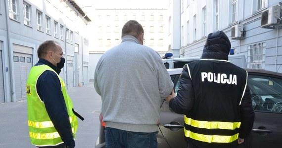 Dwóch mężczyzn podejrzanych o pedofilskie przestępstwa zatrzymali policjanci z Komendy Wojewódzkiej Policji w Gdańsku. Chodzi o gwałt na 14-letniej dziewczynce, do którego doszło na przełomie 2016 i 2017 roku w Gdańsku. Obaj zatrzymani usłyszeli już zarzuty i zostali aresztowani. Jednemu z nich grozi nawet dożywocie.