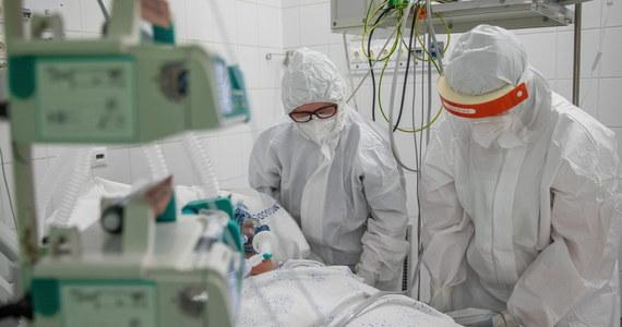 O 9 505 nowych zakażeniach koronawirusem i śmierci 513 chorych na Covid-19 poinformował dzisiaj resort zdrowia. W polskich szpitalach zajętych jest ponad 28 tysięcy łóżek covidowych: to o niemal 4 tysiące mniej niż tydzień temu.
