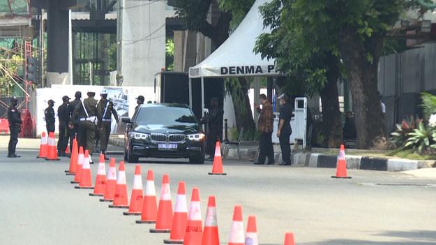 Przywódcy Azji Południowo-Wschodniej i ministrowie spraw zagranicznych przybywają do Sekretariatu Stowarzyszenia Narodów Azji Południowo-Wschodniej (ASEAN) w Dżakarcie, aby wziąć udział w spotkaniu przywódców. Tematem rozmów jest kryzys w Myanmar (dawniej Birma).