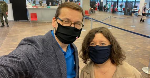 """Mateusz Morawiecki wraz z małżonką przyjęli pierwszą dawkę szczepionki firmy AstraZeneca - przekazała kancelaria premiera. """"Wszystko przebiegło szybko i sprawnie"""" – napisał szef rządu w mediach społecznościowych."""