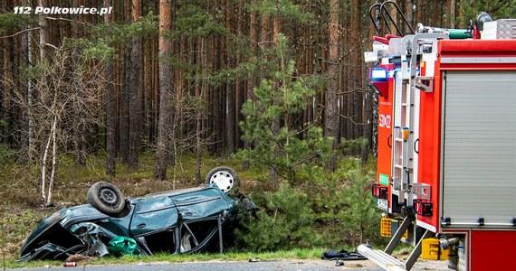 Poważny wypadek koło Polkowic na Dolnym Śląsku. Zginął 26-letni kierowca, a jego troje pasażerów - w tym 19-latka w ciężkim stanie - trafiło do szpitala.