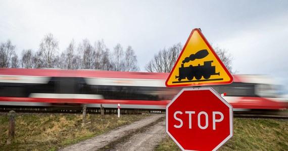 """Kierowca auta zginął w zderzeniu z pociągiem. """"Do zdarzenia doszło w niedzielę na niestrzeżonym przejeździe kolejowym w Nielepie"""" – powiedziała oficer prasowa komendy w Świdwinie Katarzyna Kopacz. Ruch pociągów był przez kilka godzin wstrzymany."""