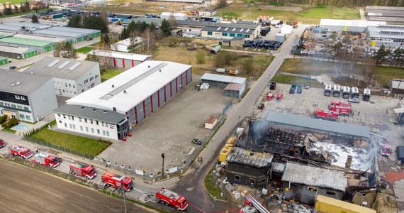 20 zastępów straży pożarnej walczyło z pożarem na terenie hali produkcyjno-magazynowej w Studzienicach koło Pszczyny. Służby, o wybuchu ognia w budynku przed godz. 6 rano, powiadomił pracownik ochrony.