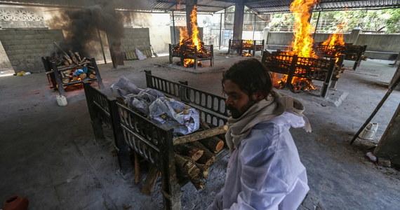 Indie czwarty dzień z rzędu biją światowy rekord liczby wykrytych w ciągu doby zakażeń koronawirusem: tamtejsze władze poinformowały dzisiaj o niemal 350 tysiącach nowych infekcji. Sytuacja epidemiczna w tym azjatyckim kraju jest obecnie najgorsza na świecie. Włosi zdecydowali właśnie, że nie będą wpuszczać podróżnych z Indii i tych, którzy przebywali tam w ciągu poprzednich 14 dni.