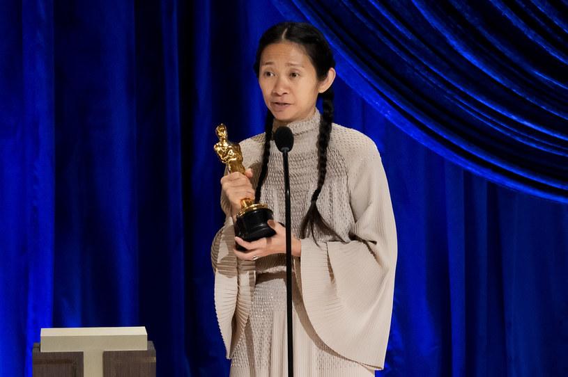 """""""Nomadland"""" Chloé Zhao to największy zwycięzca 93. oscarowej gali, która odbyła się w nocy z niedzieli na poniedziałek. Produkcja otrzymała najważniejszego Oscara - za najlepszy film, a Zhao odebrała statuetkę za najlepszą reżyserię. Doceniona została też grająca główną rolę w produkcji Frances McDormand, dla której to trzeci Oscar w karierze."""