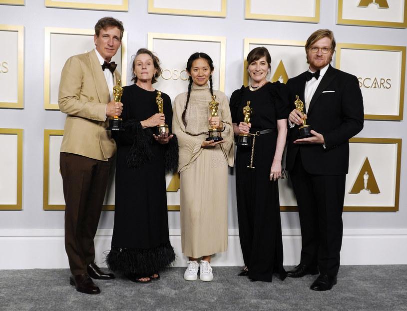 """""""Nomadland"""" otrzymał trzy statuetki podczas 93. gali oscarowej, która odbyła się w nocy z niedzieli na poniedziałek. Produkcja została uznana za najlepszy film roku. Ponadto wyróżniono jej reżyserkę - Chloé Zhao, a także grającą główną rolę Frances McDormand."""