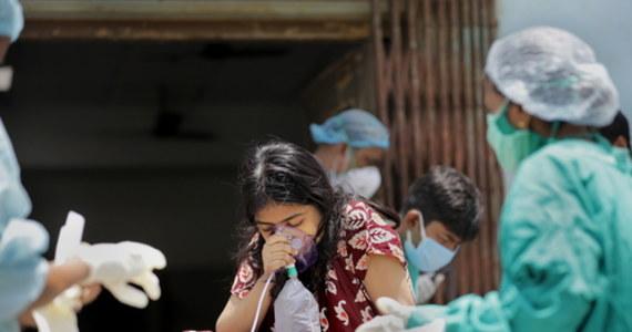 Indie piąty dzień z rzędu biją globalny rekord liczby wykrytych w ciągu doby zakażeń koronawirusem: tamtejsze władze poinformowały dzisiaj o potwierdzeniu niemal 353 tysięcy infekcji. Rekordowo wysoki jest również bilans zgonów z powodu Covid-19. Sytuacja epidemiczna w tym azjatyckim kraju jest obecnie najgorsza na świecie.