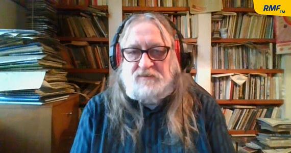 """""""Pandemia nie pogoniła Polaków do czytania. Ten wzrost, bo jest pewien wzrost w porównaniu do roku poprzedniego, jest nieznaczny i on się utrzymuje w granicach normy. Jak patrzyłem na te słupki, to czytelnictwo w roku zeszłym było takie jak w 2008"""" – mówił w Porannej rozmowie w RMF FM Jarosław Klejnocki, dyrektor Muzeum Literatury w Warszawie. """"Raport Biblioteki Narodowej pokazuje pewne stałości, on wyłapuje podobne cechy od lat. Wiadomo było, że polski rynek książki jest rynkiem kobiecym i to od wielu lat jest stała, kobiety czytają więcej od mężczyzn. Więcej czyta się w domach, gdzie mieszkają ludzie z wyższym wykształceniem"""" – wyliczał."""