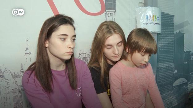"""""""Rzucić wszystko i biec do piwnicy"""" — to hasło, które towarzyszy dzieciom mieszkającym w strefie wojny. A właśnie taką strefą jest ukraiński Mariupol. Dziś linia frontu przebiega w tym samym miejscu co na początku wojny. Co o sytuacji na siedem lat po rozpoczęciu konfliktu mówią mieszkańcy Mariupola?"""