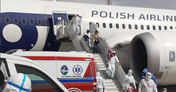 Jutro będą znane wyniki badań, które mają potwierdzić, czy polski dyplomata ewakuowany wraz z rodziną z Indii jest zakażony indyjską odmianą koronawirusa. Mężczyzna jest w ciężkim stanie, łagodniej Covid-19 przechodzi jego ciężarna żona. Wraz z nimi do Polski sprowadzono także czwórkę ich dzieci.
