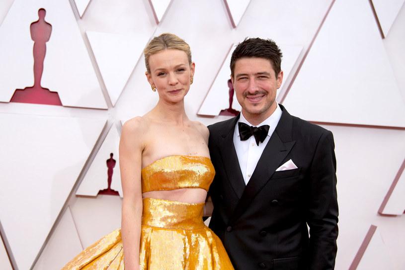 """Za rolę w filmie """"Obiecująca. Młoda. Kobieta"""" miała szansę zdobyć pierwszego w karierze Oscara. Statuetkę otrzymała jednak Frances McDormand za błyskotliwą kreację w dramacie """"Nomadland"""". Przegrana w oscarowym wyścigu z cała pewnością nie będzie spędzać snu z powiek Carey Mulligan. Brytyjska gwiazda zapewnia, że najwięcej radości i satysfakcji sprawia jej nie praca, a życie rodzinne i codzienna opieka nad dwójką dzieci."""