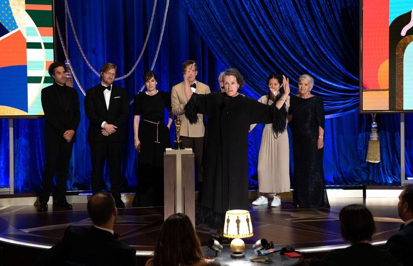 Organizatorzy ceremonii rozdania Oscarów przyzwyczaili widzów do kilku stałych punktów programu. Jednym z nich jest to, że na końcu gali wręczane są statuetki dla najlepszego filmu roku. W tym roku stało się jednak inaczej. Po wręczeniu Oscara dla najlepszego filmu roku, do rozdania pozostały jeszcze statuetki dla najlepszych pierwszoplanowych aktora i aktorki. Taka sytuacja, w której Oscar dla najlepszego filmu roku nie zakończył ceremonii, wydarzyła się po raz pierwszy od 1972 roku.