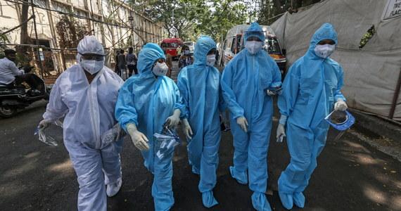 """Sytuacja epidemiczna w Indiach, gdzie w ostatnim czasie drastycznie rośnie liczba zakażeń kornawirusem, jest """"niezwykle poruszająca"""" - powiedział szef Światowej Organizacji Zdrowia Tedros Adhanom Ghebreyesus. Zapowiedział wysłanie do tego kraju sprzętu i personelu do walki z epidemią."""