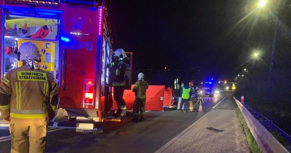 Tragedia na drodze krajowej 52 w Kalwarii Zebrzydowskiej w Małopolsce. Samochód osobowy śmiertelnie potrącił pieszego.