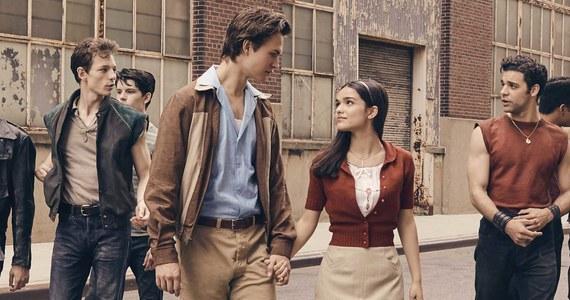 """Wyreżyserowany przez zdobywcę Oscara Stevena Spielberga, na podstawie scenariusza zdobywcy nagrody Pulitzera i nagrody Tony Tony'ego Kushnera, """"West Side Story"""" opowiada historię zaciekłej rywalizacji i wielkiej miłości w Nowym Jorku lat 50. Poprzednia adaptacja broadwayowskiego musicalu z 1961 roku otrzymała aż 10 Oscarów. Premierę nowej wersji zaplanowano na 10 grudnia 2021."""