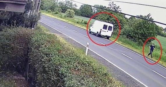 Policjanci z Tarnowskich Gór szukają sprawcy wypadku w Czekanowie. Kierowca auta dostawczego potrącił tam rowerzystę i uciekł z miejsca zdarzenia, nie udzielając mu pomocy. 66-latek po kilku miesiącach zmarł. Opublikowano nagranie z monitoringu pokazujące wypadek.