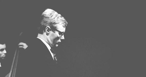 """90 lat temu w Poznaniu urodził Krzysztof Komeda, (właściwie Krzysztof Trzciński). Był jednym z najbardziej znanych polskich kompozytorów i pianistów jazzowych. Stworzył muzykę do takich filmów jak m.in. """"Nóż w wodzie"""", """"Niewinni czarodzieje"""" i """"Dziecko Rosemary"""". Jego kompozycją jest również ballada """"Nim wstanie dzień"""" z tekstem Agnieszki Osieckiej, która otwiera film """"Prawo i pięść"""". Komeda zmarł 23 kwietnia 1969 r."""