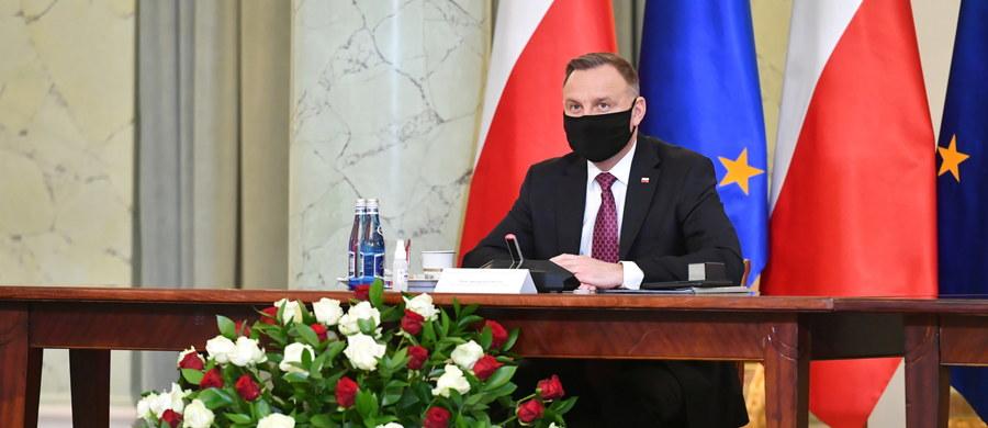 """""""Wielkim moim dążeniem jest to, żeby jak najszybciej umożliwić ponowne funkcjonowanie gospodarki, ale musimy to zrobić w sposób mądry"""" - powiedział prezydent Andrzej Duda w czasie spotkania z przedstawicielami branż szczególnie dotkniętych pandemią koronawirusa. """"Mam nadzieję że w perspektywie kolejnych tygodni ta liczba zachorowań będzie nadal spadała i po cichu liczymy, że okres letni to będzie ten czas, kiedy dojdzie do zupełnego pokonania koronawirusa i nawet okres jesienny nie spowoduje już kolejnego znaczącego wzrostu zachorowań"""" - oświadczył Andrzej Duda."""